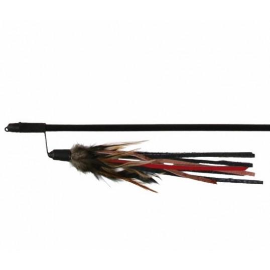 Drillepind med læderstropper og fjer. 50 cm.