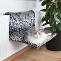XL-Radiatorseng til kat. Sneleopard-mønstret.