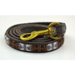 """""""Bajuni"""" eksklusiv håndlavet hundeline i med håndtag. Med brune, hvide og sorte perler"""